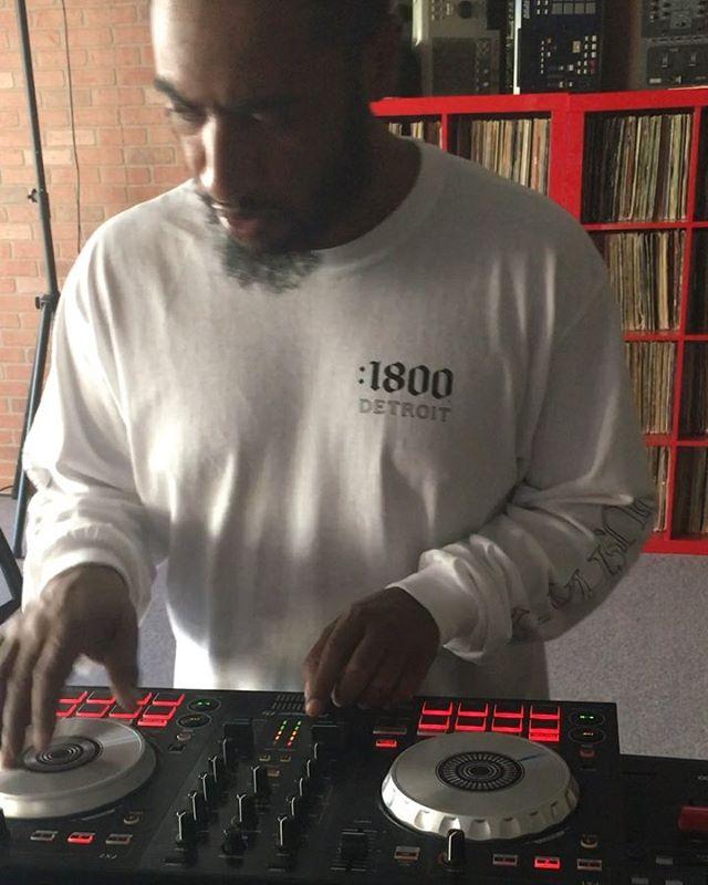 It don't matter what type of DJ equipment you use. Just rock out!! ...@mtsturntableinstitute #straightfire #ddjsb3 #seratodjpro #@serato #technics1200 #technics1200mk3 #rane 61 #beatjuggle #chasepattern #scratching #controller #mtsturntableinstitute